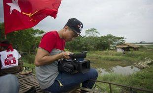 Le réalisateur birman Lamin Oo filme un documentaire sur la campagne de la Ligue nationale pour la démocratie (NLD) à Bago, à 90km de Rangoun, le 24 octobre 2015