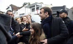 Le président de la République Emmanuel Macron, qui passe le week-end de Pâques dans la maison de son épouse au Touquet (Pas-de-Calais), s'est offert dimanche un petit bain de foule dans la cité portuaire.