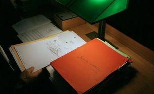 Un magistrat consulte un dossier de l'affaire du chalutier Bugaled Breizh, le 27 novembre 2009 au palais de Justice de Rennes