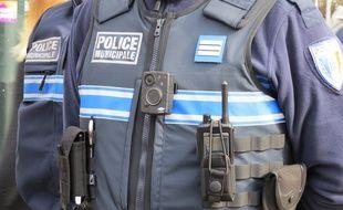 Un policier municipal portant une caméra-piéton.