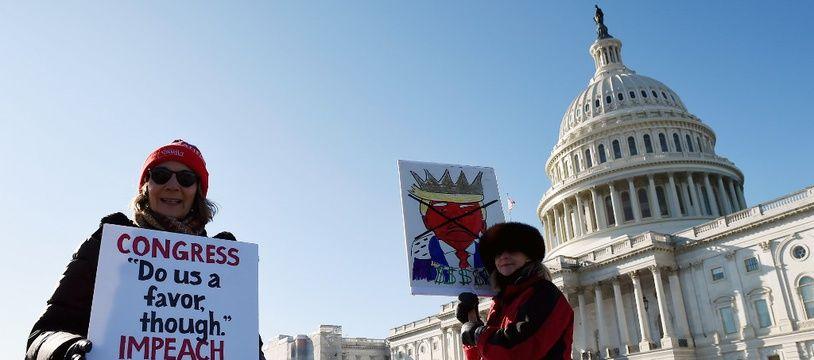 Des militants anti-Trump rassemblés devant le Capitole, alors qu'un vote historique s'y déroule, ce mercredi 18 décembre.