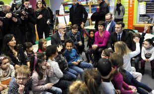 Emmanuel Macron lors de sa visite dans une école maternelle.