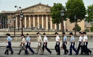 Des étudiants de Polytechnique se préparent à défiler pour la fête nationale le 12 juillet 2015 à Paris