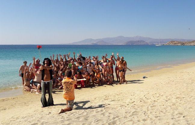 Photo de groupe sur la plage lors du séjour organisé par Meetic à Naxos (Grèce), le 1er octobre 2016.