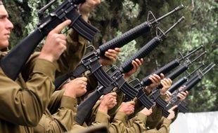 Des soldats israéliens lèvent leur arme à Jérusalem, le 1er mai 2017.