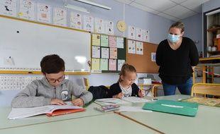 Des enfants de métiers prioritaires accueillis en classe pendant le confinement, ici à Saint-Aubin-du-Cormier (Ille-et-Vilaine).