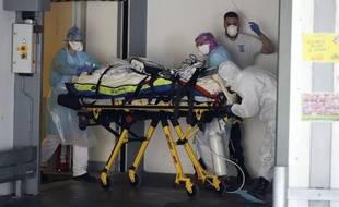 Un patient atteint du coronavirus arrive au CHU Pontchaillou, à Rennes, après un transfert en train depuis l'Ile-de-France. Ici le 1er avril 2020.