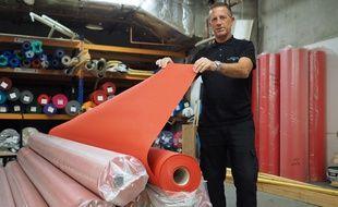 José Will, le responsable du service décor au Palais des festivals, dans sa réserve de tapis rouge