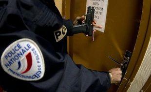 Un officier de police armé le 11 février 2012 à Paris