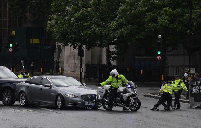 Royaume-Uni: La Jaguar de Boris Johnson emboutie à Londres après l'irruption d'un manifestant sur la chaussée