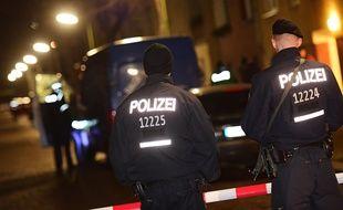 Des policiers allemands lors d'une opération dans le quartier de Britz, à Berlin, le 26 novembre 2015.