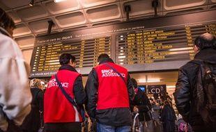 Lyon, le 19 février. Des agents SNCF renseignent les voyageurs alors que les cheminots ont déposé un préavis de grève de quatre jours. Crédit:KONRAD / Sipa