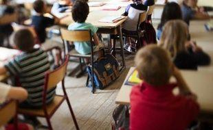 """Vincent Peillon a indiqué mercredi qu'il """"n'écartait pas la possibilité"""" d'instaurer un zonage des vacances scolaires d'été, une idée qui réjouit les professionnels du tourisme mais inquiète enseignants et parents d'élèves."""