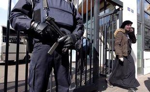 Un policier en faction devant une crèche juive le 19 mars 2012 à Paris