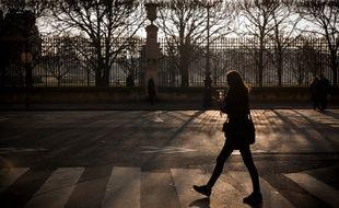Une femme dans les rues de Paris