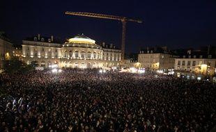 Plus de 10.000 personnes se sont rassemblées place de la Mairie à Rennes en hommage aux victimes de l'attentat qui a touché le journal Charlie Hebdo mercredi.