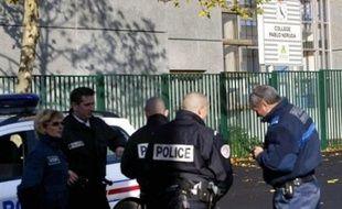 Le principal adjoint soupçonné de s'être lui-même poignardé en novembre dans son collège de Pierrefitte-sur-Seine (Seine-Saint-Denis) était toujours en garde à vue mercredi soir à Saint-Denis-de-La-Réunion, a-t-on appris de source judiciaire.
