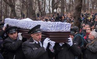 Le service funéraire transporte le cercueil de l'opposant russe Boris Nemtsov après une cérémonie à Moscou le 3 mars 2015