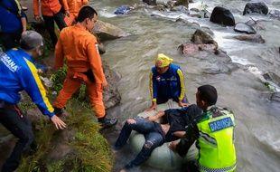 Les secours aident des survivants de l'accident sur l'ïle de Sumatra qui a fait au moins 24 morts. Un bus est tombé dans un ravin profond de 150 m.