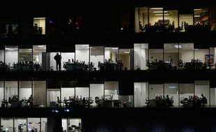 Un bureau la nuit à Moscou.