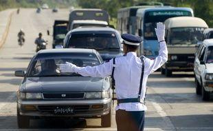Un policier bloque le trafic à Naypyidaw, en Birmanie.