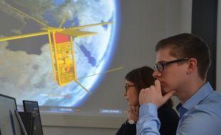 Des étudiants suivent le trajet d'un nanosatellite au centre spatial universitaire de Montpellier.