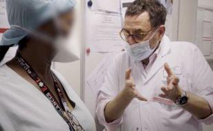 Discussion entre le chef des urgences et une aide-soignante pour Brut.