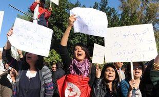 Des étudiants tunisiens manifestent, le 3 décembre 2011, devant l'Assemblée constituante, à Tunis.