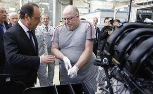 Le président François Hollande visite une ligne d'assemblage d'une usine PSA à Trémery, près de Metz, le 27 mars 2015