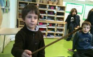 Un élève de CP fait une démonstration de lombri-compostage, à l'école Living School à Paris.