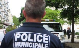 L'homme mécontent et énervé a tenté de reculer avec sa voiture sur un policier municipal. Illustration