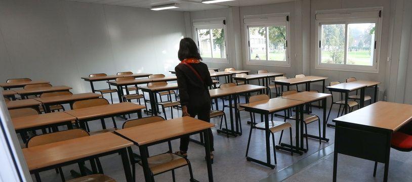 Une salle de classe dans un collège (illustration).