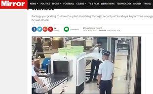 Capture d'écran du site du Mirror montrant un pilote tituber en passant les contrôles dans un aéroport indonésien.