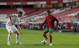 Benjamin Pavard face à Cristiano Ronaldo lors de Portugal-France en Ligue des nations.