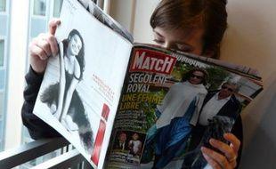 Une lectrice lit le magazine Paris Match