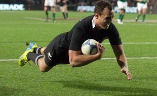 Les All Blacks néo-zélandais, impériaux, ont puni les Irlandais de les avoir accrochés une semaine plus tôt, en leur infligeant samedi un 60-0 à neuf essais au Waikato Stadium de Hamilton, pour un triplé victorieux