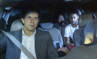 Neymar avec le docteur Rodrigo Lasmar (au premier plan) dans une voiture au Brésil, le 2 mars 2018.