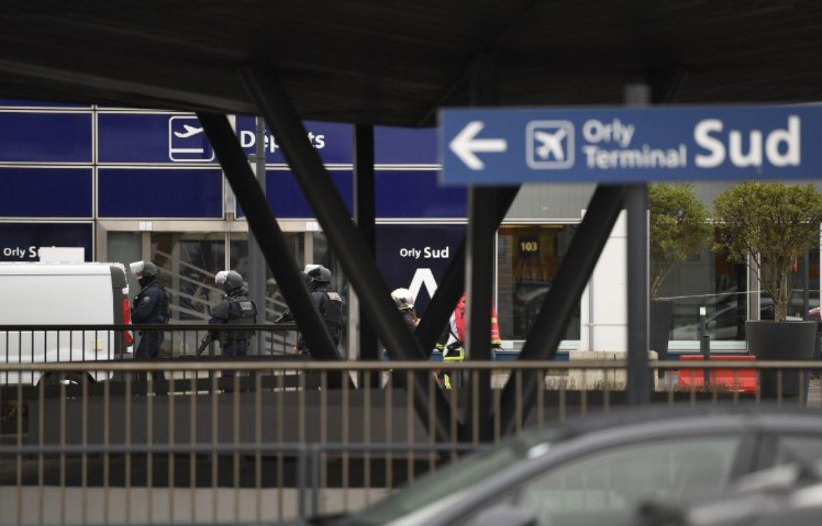 Les forces de l'ordre ce samedi matin devant l'aéroport d'Orly Sud – CHRISTOPHE SIMON / AFP