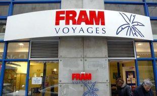 Des personnes sortent d'une agence du voyagiste Fram, le 03 janvier 2004 à Toulouse