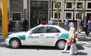 Un véhicule de police garé dans la ville de Téhéran.