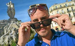 Benjamin, le créateur de la marque de lunettes Kudjo, fabriquées à la main.