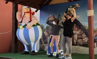 Seul Obélix n'est pas masqué lors de la réouverture du parc Astérix après deux mois et demi de confinement.