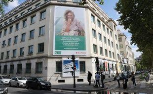 Un portrait géant de Sophie Pétronin affiché en plein cœur de Paris, le 10 juillet 2019.