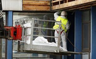 Un ouvrier procède au désamiantage d'un bâtiment (illustration).