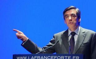 """François Fillon a voulu """"récuser"""" jeudi soir lors d'un meeting aux Sables d'Olonne """"la rumeur"""" d'une campagne présidentielle """"enlisée, inintéressante, sans idées"""" et a appelé à la mobilisation contre ce """"relativisme"""" qui ferait """"le jeu"""" de François Hollande."""
