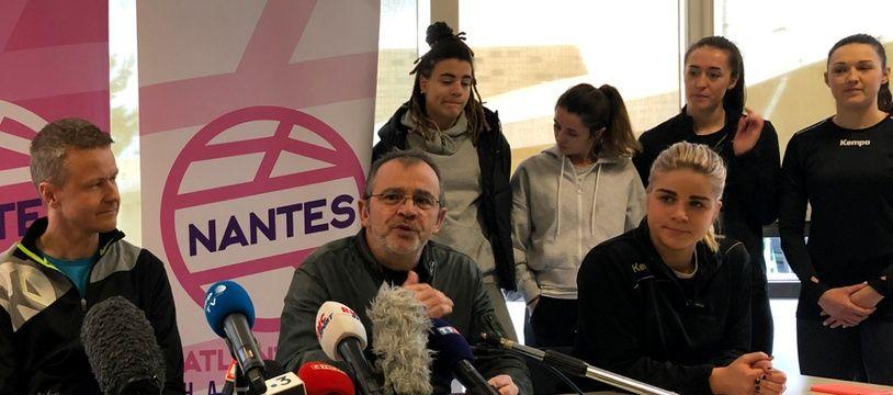 Le président du club de Nantes Atlantique Handball Arnaud Ponroy (au centre), entouré de l'entraîneur Allan Heine et de la capitaine Léa Lisnières.