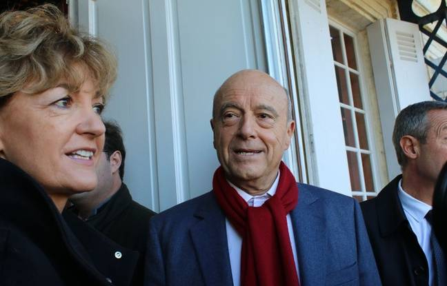 Le 27 novembre 2016, Alain Juppé et sa femme Isabelle devant le bureau de vote de Bordeaux Caudéran pour le deuxième tour de la primaire de la droite et du centre