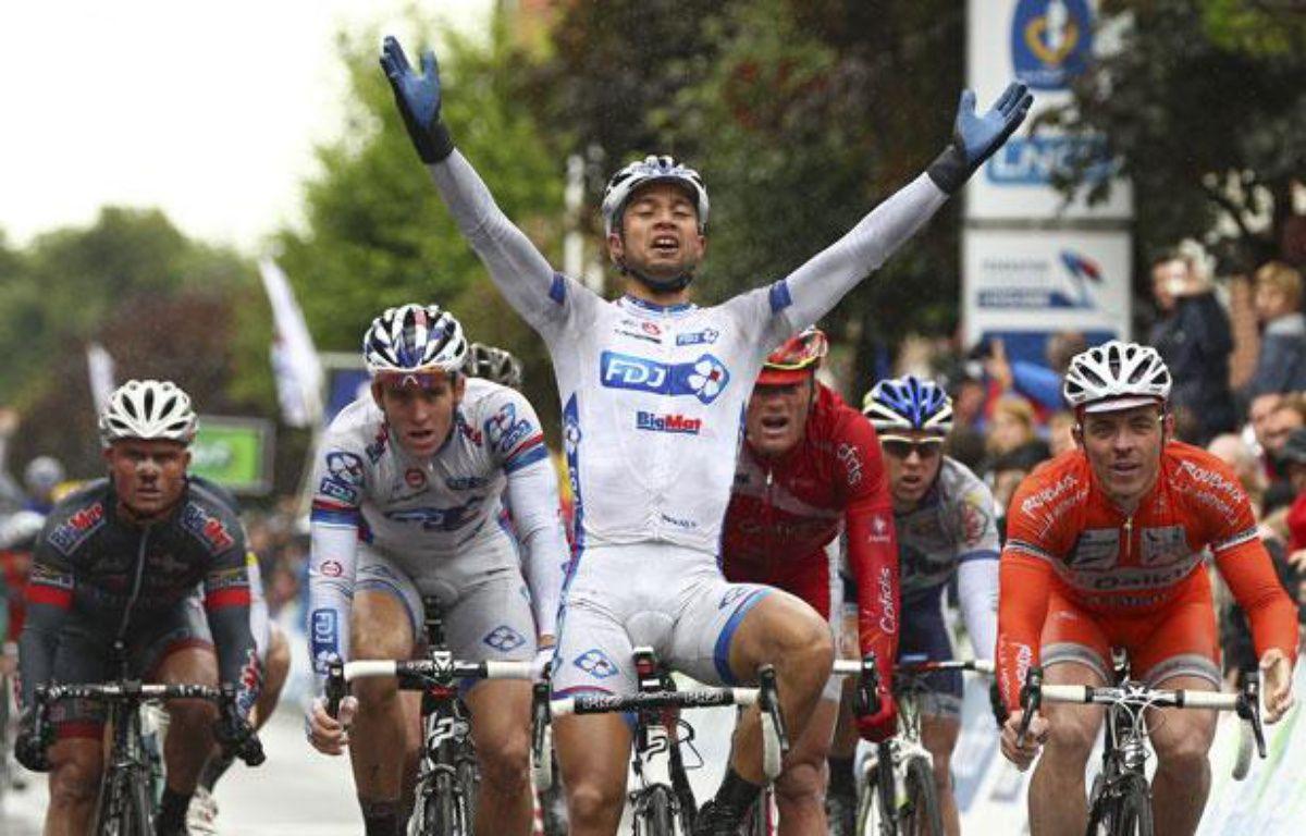 Saint-Amand-les-Eaux, le 24 juin 2012. Nacer Bouhanni, team FDJ-Big Mat, passe en vaincoeur la ligne d'arrivée lors de l'épreuve de course en ligne Elite des Championnats de France de cyclisme sur route 2012. – M. LIBERT / 20 MINUTES