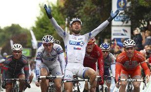 Saint-Amand-les-Eaux, le 24 juin 2012. Nacer Bouhanni, team FDJ-Big Mat, passe en vaincoeur la ligne d'arrivée lors de l'épreuve de course en ligne Elite des Championnats de France de cyclisme sur route 2012.