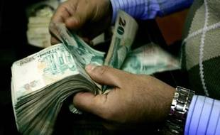 La Livre turque est tombée vendredi à un nouveau plus bas niveau historique face au dollar à 2,1467 Livres turques pour un dollar alors que le pays est plongé dans une crise politique.